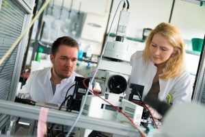 Dennis Eickelbeck und Katharina Spoida entwickeln optogenetische Werkzeuge an der Ruhr-Universität Bochum. © RUB, Kramer