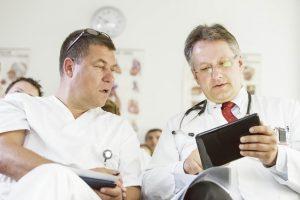 Prof. Dr. Gernold Wozniak und Prof. Dr. Markus Hollenbeck diskutieren in der Interdisziplinären Gefäßkonfrenz Befunde von Patienten mit Gefäß-, Nieren- und Bluthochdruckerkrankungen.
