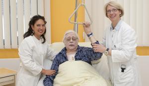 (von links) Angelika Hiroko Fritz, Simulations-Patient nach Herzoperation und Dr. med. Stefanie Merse