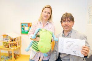 Melanie Busse, Leiterin des SPZ Mülheim, und Dr. Joachim Opp, Chefarzt des SPZ, freuen sich über das Zertifikat.