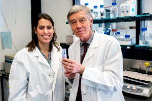 Nikolina Jovancevic und Hanns Hatt mit dem Duftstoff, der den Riechrezeptor im Herzen aktiviert © RUB, Kramer