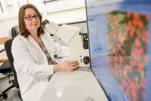Jacqueline Reinhard erforscht den Proteindschungel, der unsere Nervenzellen umgibt. © RUB, Marquard