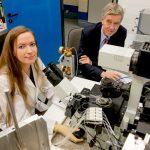 Lea Weber und Hanns Hatt erforschen, wie Tumorgewebe auf Duftstoffe reagiert. © RUB, Marquard