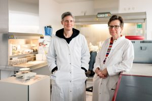 Ihnen gelang der Nachweis, dass Asbest fast 40 Jahre in der Lunge bleibt: Inke Feder (links) und Andrea Tannapfel © RUB, Kramer