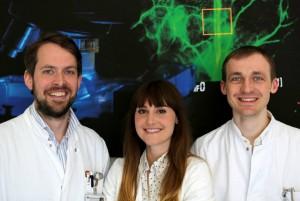 Priv.-Doz. Dr. Ole Goertz (links) mit seinen Mitarbeitern Maria Voigt und Leon von der Lohe – Bildnachweis: V. Daum/Bergmannsheil