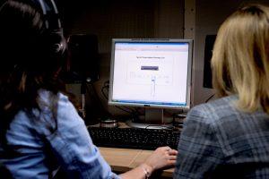 Am Computer mussten die Probanden die Verständlichkeit von Wörtern bewerten. © RUB, Schirdewahn