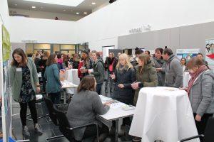 Zahlreiche Studieninteressierte informierten sich auf dem 'Markt der Möglichkeiten' im Atrium der hsg Bochum.