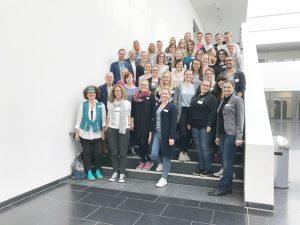 Die Studierenden und Mentor*innen des Programms 'Neue Wege gehen – gemeinsam berufliche Perspektiven schaffen' stellten sich am 26. April 2019 zum Gruppenbild zusammen.