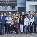 Die Geschäftsführer der opta data Gruppe, Andreas Fischer (5. v. l.) und Mark Steinbach (6. v. l.), begrüßen die neuen Auszubildenden.