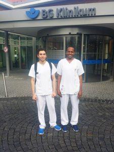 Die Orientierungspraktikanten Ali (links) und Hassan (rechts) im BG Klinikum Duisburg.