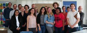 Zum Gruppenfoto kamen die internationalen Studierenden in der Hochschule für Gesundheit nach der Abschlussveranstaltung am 5. Juli 2017 für ein Gruppenfoto mit den Lehrenden beider Hochschulen und den Verantwortlichen des Programms zusammen. Foto: hsg
