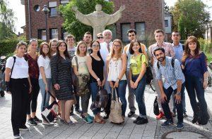 Prof. Dr. Michael Möllmann, (Mitte) begrüßte die Studierenden, die sich mit Evelyn Dunkel (1.v.r.) auf den Weg ins St. Franziskus-Hospital gemacht hatten.