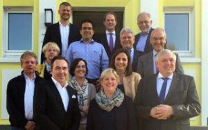 René Thiemann (vorne links) begrüßte im Hüttenhospital die CDU-Landtagsabgeordnete Claudia Middendorf (vorne Mitte), den CDU-Staatssekretär Karl-Josef Laumann (vorne rechts), den CDU-Bundestagsabgeordneten Steffen Kanitz (oben Mitte), den Vorstandsvorsitzenden der VIACTIV Krankenkasse, Reinhard Brücker (oben rechts), und Apotheker aus der Region.
