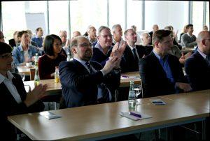Dr. Michael Pillny, Veranstalter und Chefarzt der Gefäßchirurgie am Elisabeth Krankenhaus Recklinghausen, im Umspannwerk mit Publikum