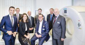Johannes Hartmann (1.Reihe rechts) und Heinz D. Diste (1. Reihe, zweiter von rechts) freuen sich über das Interesse der slowakischen Delegation um Dr. Tomáš Drucker, slowakischer Gesundheitsminister. (Foto: Contilia)