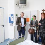 Chefarzt Dr. Thomas Günnewig zeigte NRW-Gesundheitsministerin Barbara Steffens (M.) und Grünen-Vertreterin Rita Nowak die demenzsensible Station 1b des Elisabeth Krankenhauses, das mit einem speziellen Farbkonzept für Orientierung sorgt
