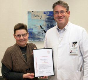Christa Thomalla, Leiterin der Selbsthilfegruppe -Schlaganfall, freut sich über die Ernennung zum Regional-beauftragten von Chefarzt Prof. Claus G. Haase, und auf gemeinsame ehrenamtliche Aktionen zur Schlaganfallprä-vention.