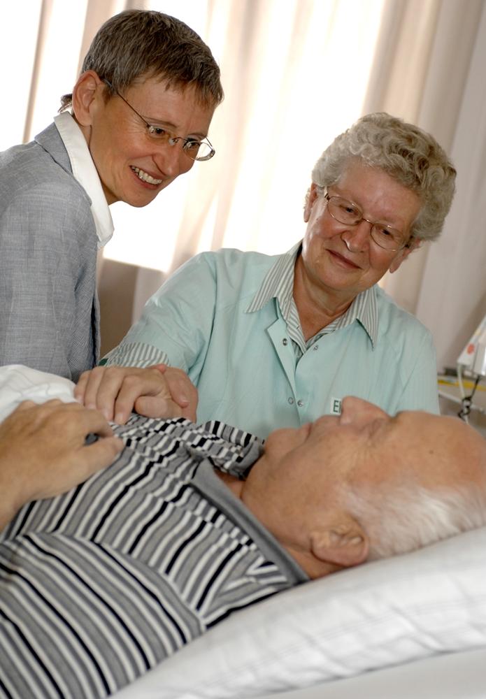 Die Ehrenamtlichen und Pfarrerin Klaudia Schmalenbach widmen den Patienten ihre Zeit. ©Andreas Köhring