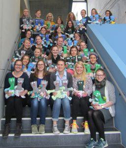 50 'Vinzelino'-Puppen konnten die hsg-Ergotherapie-Studierende an die Jugendhilfeeinrichtung St. Vinzenz übergeben.
