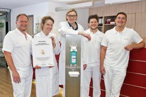 (v.l.): Michael Bosmanns (Hygienefachkraft), Dr. Christina Schulze (Oberärztin Medizinische Klinik), Dr. Lisa Budniak (Fachärztin Medizinische Klinik), Christian Petermichl (Hygienefachkraft) und Martin Niebius (Hygienefachkraft)
