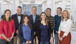 Die fünf Studentinnen und Studenten. In der zweiten Reihe sind zusätzlich im Bild (v.l.): Prof. Dr. Joachim Fandrey, Studiendekan der Medizinischen Fakultät der UDE, und Prof. Dr. Andreas Stang. (Quelle Medizinische Fakultät)