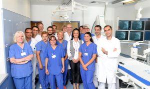 K1600_Zertifizierung ist das Ergebnis erfolgreicher Teamarbeit. Chefarzt Dr. Florin Laubenthal freut sich mit seinem Team über diese Anerkennung.