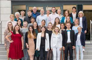 Die stolzen Absolventen der Krankenpflegeschule und ihre Ausbilder.