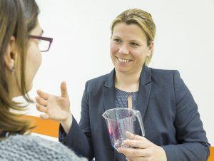 An unterschiedlichen Stationen konnten sich die Besucherinnen beraten lassen, so wie hier von Claudia Ecker, Oberärztin der Frauenklinik und Geburtshilfe am Marien Hospital Witten.