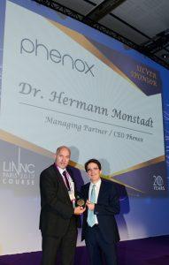 Verleihung des Sponsoring Awards durch Laurent Spelle, Neurointerventionalist und Mitorganisator des LINNC Kongresses, an Dr.-Ing. Hermann Monstadt, geschäftsführender Gesellschafter der phenox