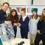 Dennis Einecker, IT-Mitarbeiter des LVR-Klinikum Essen, bastelt mit den Teilnehmerinnen des Girls' and Boys' Days am Computer