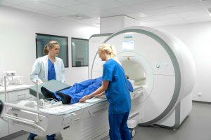 Der 5.000 Proband der NAKO-Studie wird untersucht - hier im Magnetresonanztomograph (MRT).