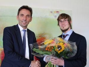 Andreas Fischer (l.), Geschäftsführer der opta data Gruppe, gratuliert Patrick Kappen (r.) zum erfolgreichen Abschluss seiner Masterarbeit.