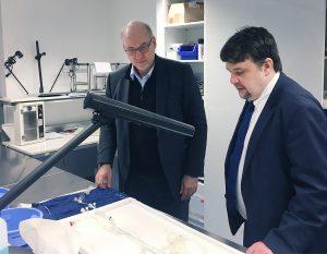 Geschäftsführer Dr-Ing. Hermann Monstadt demonstriert Europa-Parlamentarier Dennis Radtke ein Testverfahren, das bei der Entwicklung der phenox-Medizinprodukte zum Einsatz kommt.