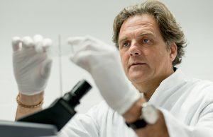 Prof. Dr. Klaus Gerwert im Porträt beim arbeiten im Labor. Bei Veröffentlichung des Bildmaterials ist als Bildnachweis © RUB, Foto: Schirdewahn zu nennen. .