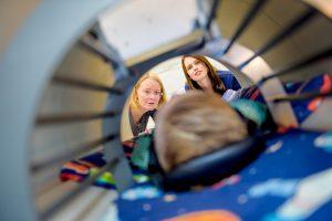 © RUB, Damian Gorczany Sarah Weigelt (links) und Marisa Nordt erforschen, wie sich die Fähigkeit, Gesichter wahrzunehmen, bei Kindern entwickelt.