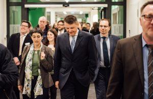 NRW-Ministerin Steffens und Fresenius-Vorstand Sturm machen einen Rundgang durch die neue Klinik.