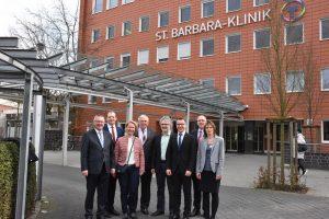 Staatssekretär Karl-Josef Laumann (vierter von links) informierte sich mit CDU-Parteikollegen über die Zukunftspläne der St. Barbara-Klinik.