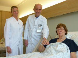 Der Patientin ging es bereits nach kurz dem Verschluss des Herzscheidewand –Defektes deutlich besser – Chefarzt Dr. Klaus Kattenbeck und Assistenzärztin Isabell Baumgart freuen sich mit ihr über das sehr gute Ergebnis.