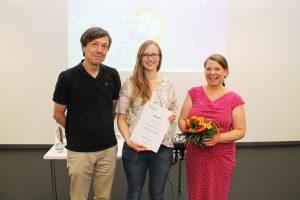 Die stellvertretende zentrale Gleichstellungsbeauftragte Prof. Dr. Nina Gawehn (im Bild rechts) verlieh die Urkunde an Alina Mörsberger (Bildmitte). Prof. Dr. Sascha Sommer (im Bild links), der die Arbeit betreut hatte, freute sich mit der Absolventin.