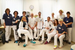 High-Tech Verstärkung – Priv.-Doz. Dr. Marko Brock und Chefarzt Prof. Dr. Joachim Noldus (v.l.n.r.) der Klinik für Urologie des Marien Hospital Herne mit dem Biopsie-System ARTEMIS, das die Diagnose von Prostatakrebs noch präziser macht.