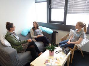 Hebammenstudierende der hsg stellen eine Gesprächssituation mit einer schwangeren Frau nach.