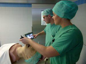 Das Team um Chefarzt Dr. Gero Frings freut sich über das neue Videolaryngoskop: Elisa Oosterwind und Martin Jacobs trainieren das Handling am Übungsphantom.