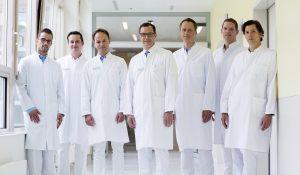 -Das Ärzteteam der Klinik für Wirbelsäulenchirurgie im St. Franziskus-Hospital Münster  mit Chefarzt Prof. Dr. Ulf Liljenqvist (M.)